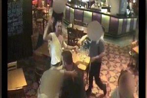 Ba thanh niên đang ngồi quay ra choảng nhau chí chết trong quán rượu