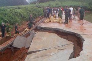 Clip: Cả triệu mét khối nước có nguy cơ nhấn chìm xóm núi