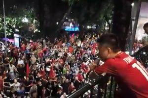 Olympic VN thua, Tuấn Hưng vẫn hát trên ban công cùng hàng nghìn CĐV