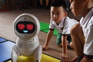 Robot giáo viên dạy trẻ mầm non ở Trung Quốc
