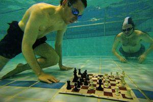 Vừa nhịn thở vừa chơi cờ vua