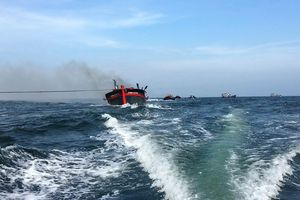 Cháy tàu cá, 11 thuyền viên gặp nạn trên biển Bình Thuận đã được cứu sống