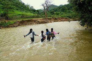 Hàng chục học sinh lội suối mặc 'lệnh cấm' để tới trường