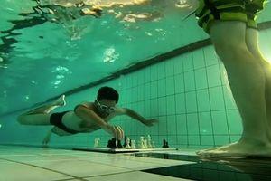 Kỳ lạ cuộc thi vừa lặn dưới nước vừa đánh cờ vua