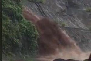 Kinh hoàng lũ quét như thác đổ, cắt ngang quốc lộ 6