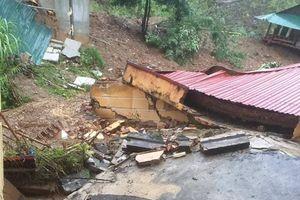 Đất lở ầm ầm làm sập trường học, đổ nhà dân ở Thanh Hóa