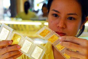 Nhà đầu tư ồ ạt mua vào, vàng trong nước đứng vững trước đà giảm thế giới