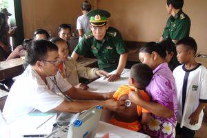Bộ đội biên phòng khám bệnh, giúp nhân dân Lào dọn vệ sinh