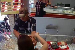Truy tìm người đàn ông dùng đô giả vào tiệm vàng lừa đảo