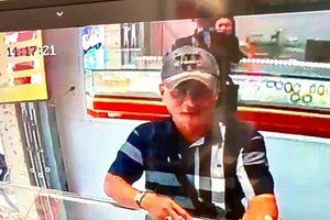 TPHCM: Đi xe sang, cầm tiền giả đánh lạc hướng chủ tiệm để cướp vàng