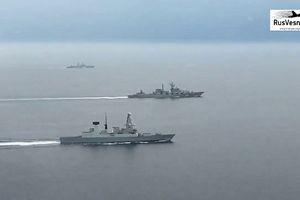 Xem tàu chiến Anh rượt đuổi tàu Nga trên Địa Trung Hải