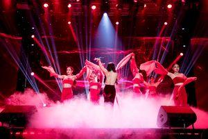 Hồng Nhung gây choáng với màn vũ đạo gợi cảm khoe lưng