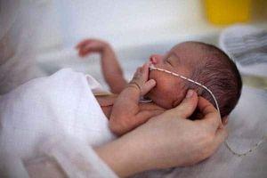 Bé trai 5 tháng tuổi phổi trắng xóa vì nhiễm lao từ cha