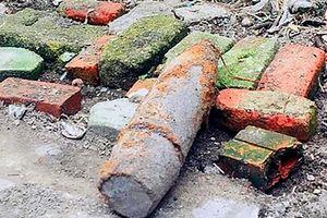 Cuốc đất làm vườn, phát hiện quả bom còn nguyên thuốc nổ