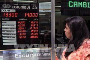 Lãi suất lên đến 60% vẫn không cứu được đồng peso Argentina rơi tự do