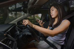 Nguy hiểm sử dụng điện thoại khi lái xe