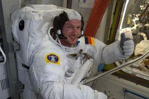 Trạm không gian ISS bị thủng? Phi hành gia bịt nó bằng... ngón tay và băng keo