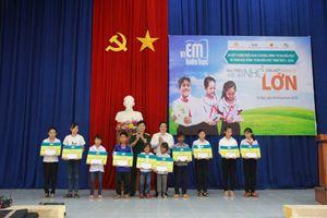 Đắk Lắk: Trao 460 suất học bổng 'Vì em hiếu học'