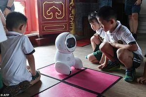 Ảnh, Video: Giáo viên robot 'xâm chiếm' các nhà trẻ ở Trung Quốc