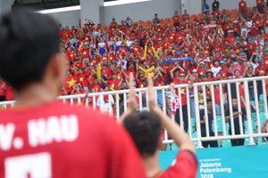 Olympic Việt Nam buồn bã tri ân CĐV trên khán đài