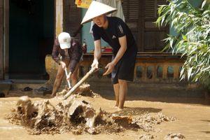 Người dân tất bật dọn bùn sau lũ