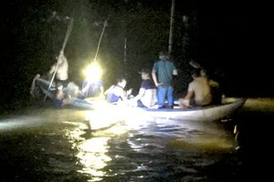 Cảnh sát lặn ngụp trong đêm tìm thi thể 4 học sinh chết đuối