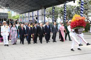 Phó Thủ tướng Trương Hòa Bình dâng hương tưởng niệm Bác Hồ, Bác Tôn