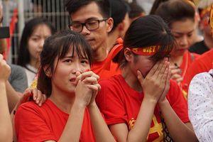 Ảnh, clip: Người hâm mộ òa khóc khi Olympic Việt Nam thua trận