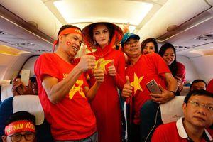 Cổ động viên Việt Nam rực đỏ sân bay Indonesia trước trận tranh HCĐ