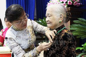 TP.HCM trao huy hiệu cho các đảng viên cao tuổi Đảng dịp Quốc khánh