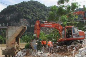 Xả lũ lớn cùng nước thượng nguồn đổ về gây sập cầu ở Nghệ An