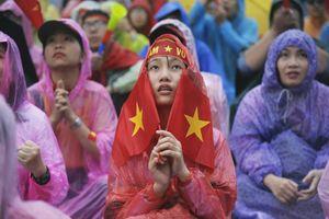 Hàng nghìn CĐV lặng người, bật khóc trong mưa vì bàn thua đáng tiếc của Olympic Việt Nam