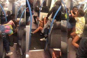 Hành khách đấm đá nhau trên tàu điện chỉ vì một cái bánh kẹp