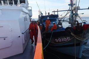 Kịp thời cứu sống 6 ngư dân gặp nạn ở quần đảo Hoàng Sa