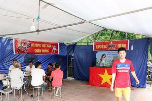 Cả làng kéo đến bắc rạp, mở tiệc tại nhà cầu thủ Quang Hải