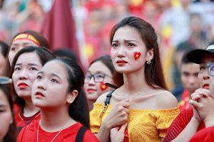 Olympic Việt Nam thua trận, CĐV bật khóc như mưa trên sân Hàng Đẫy