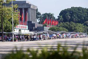 Dòng người xếp hàng dài vào Lăng viếng Chủ tịch Hồ Chí Minh