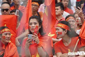 CĐV Thủ đô nhuộm đỏ sân Hàng Đẫy, hồi hộp chờ từng phút trận đấu Olympic Việt Nam - Olympic UAE
