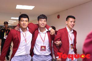 Hùng Dũng đi 'cà nhắc', được đồng đội Olympic Việt Nam đỡ ra dự Lễ vinh danh