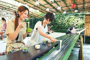 Thưởng thức mì trượt ống tre siêu mát lạnh ở Nhật