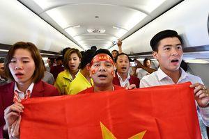 Các cầu thủ hát 'Như có Bác Hồ trong ngày vui đại thắng' trên máy bay