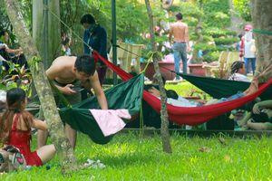 Du khách mắc võng, dựng lều ngoài công viên nghỉ lễ 2/9