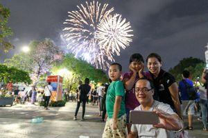 Hàng nghìn người xem pháo hoa trên sông Sài Gòn ngày nghỉ lễ