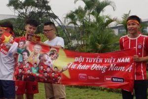 Hàng nghìn CĐV khí thế chờ đón Olympic Việt Nam ở Nội Bài