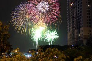 Pháo hoa đẹp lung linh trên bầu trời Sài Gòn mừng Tết độc lập
