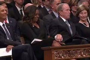 Ông Bush chia kẹo cho bà Obama trong lễ tang TNS McCain