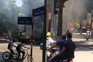 Hà Nội: Xe chở sơn bốc cháy giữa phố, người đi đường hoảng loạn