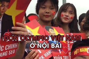 Người Hà Nội mang mâm, thùng sơn ra sân bay Nội Bài đón Olympic Việt Nam
