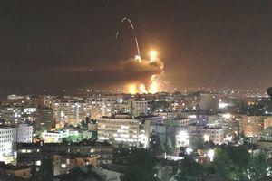 Cảnh sân bay quân sự phát nổ kinh hoàng, nghi bị không kích