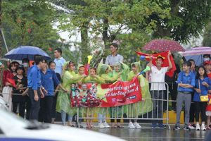 Những bóng hồng đội mưa đón Olympic Việt Nam